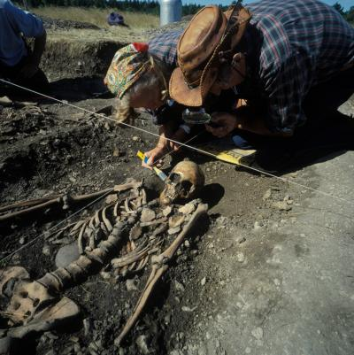 This image shows osteologists Ove och Evy Persson at Ajvide, Gotland, Sweden, 1983. The skeleton from a young woman dated to 2700 BC. Credit: Göran Burenhult